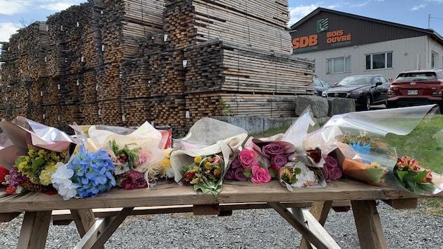Des fleurs sur une table devant une usine