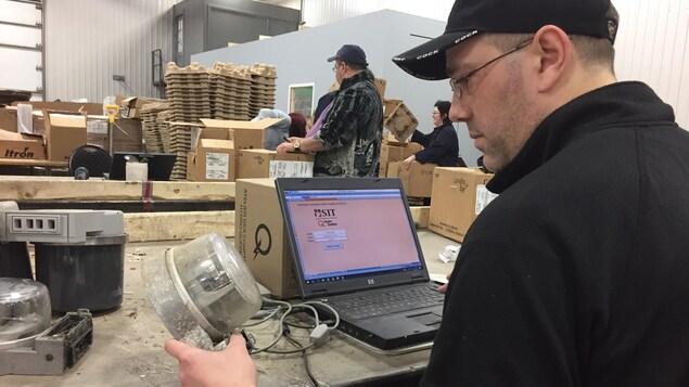 Les vieux compteurs d'Hydro-Québec sont récupérés dans une usine de Saint-Tite.
