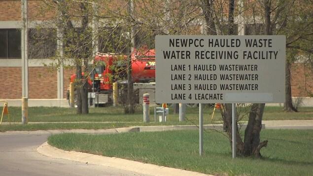 Un panneau avec des indications relatives au traitement des eaux usées.