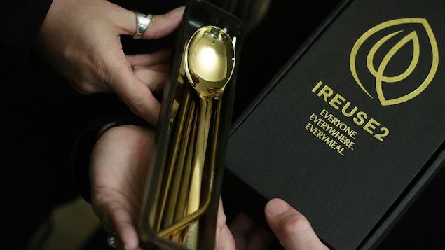 Une boîte Ireuse2 avec des ustensiles réutilisables dorés.