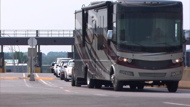 Des véhicules franchissant la frontière pour rentrer au Canada au poste de Lacolle.