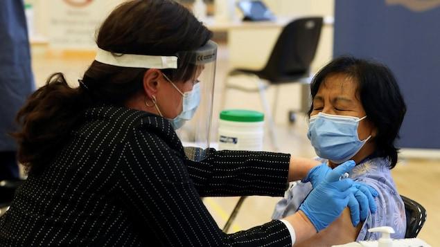Une femme reçoit une injection.