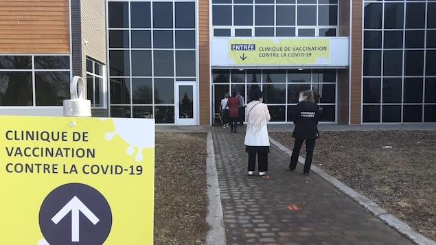 Des citoyens attendent à l'extérieur du Centre Mario-Tremblay.