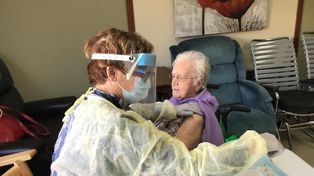 Une infirmière clinicienne s'apprête à vacciner une résidente du CHSLD Saint-Célestin.