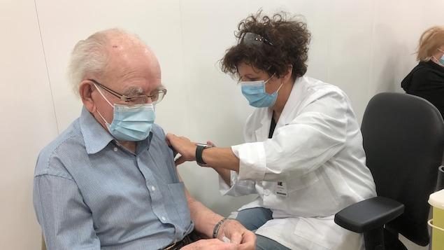 注射疫苗。