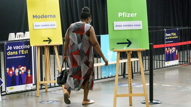 Une femme arrive dans un centre de vaccination de Montréal.