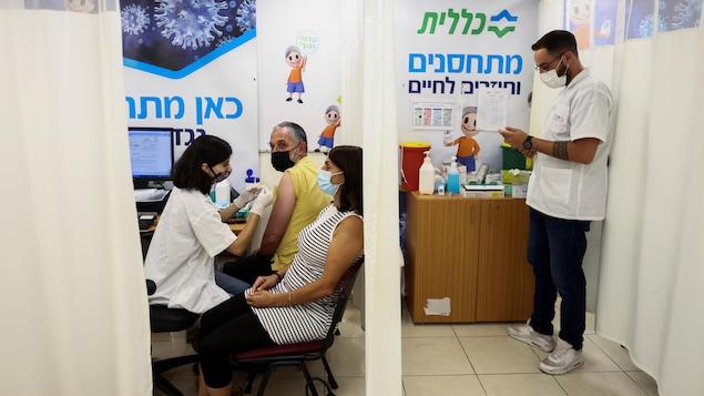 Un couple se fait vacciner.