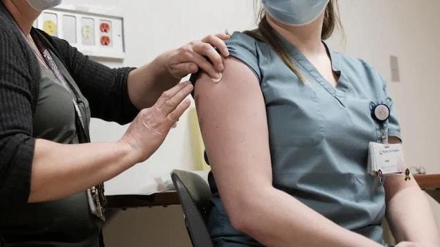 Une infirmière reçoit une injection.