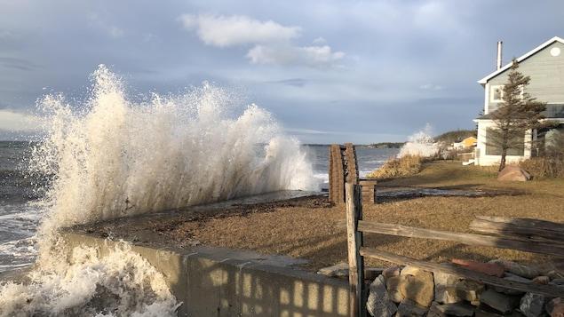 Une grosse vague frappe le terrain d'un riverain.