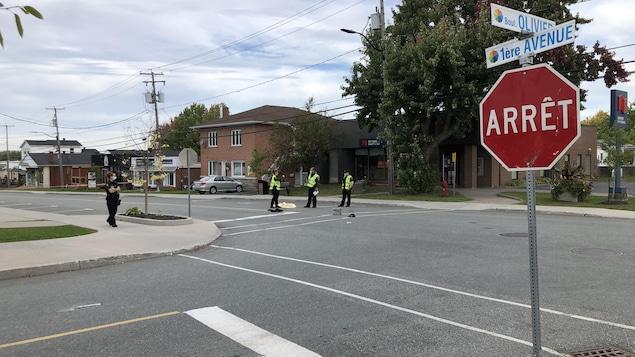 Des policiers à une intersection.