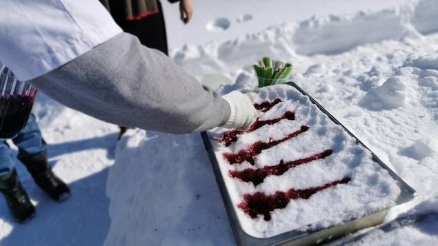 De la tire de bleuet dans un bac de neige.
