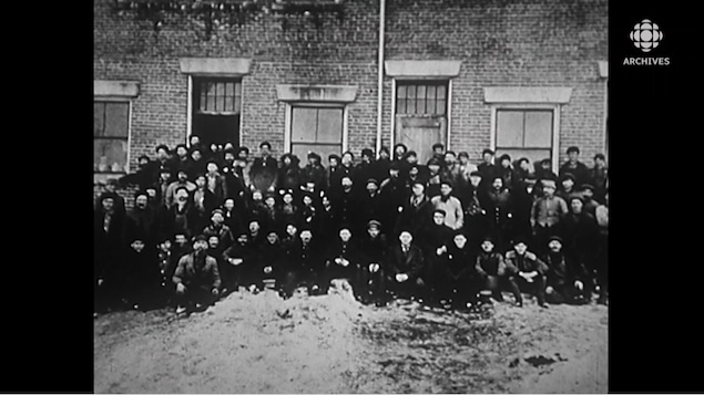 Les habitants de Val-Jalbert posent en groupe.