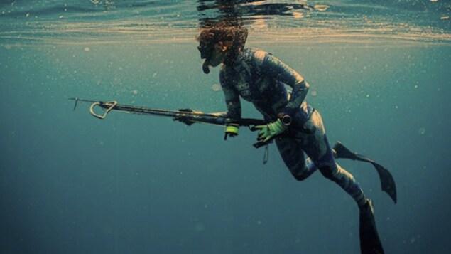 La pêcheuse au harpon Valentine Thomas en pleine plognée