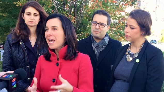 La chef de Projet Montréal, Valérie Plante, entouré de certains de ses candidats, le 12 octobre 2017, dans le Vieux-Montréal.