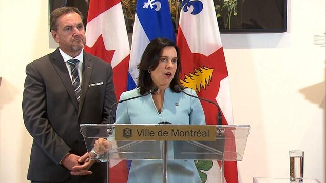 Valérie Plante devant un lutrin, accompagnée du maire de Verdun.