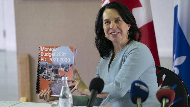 Valérie Plante présente le document papier du budget.