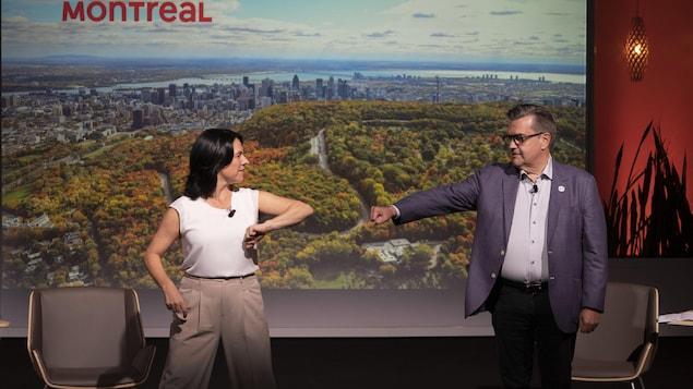 Denis Coderre présente le poing à la mairesse, tandis que celle-ci lui présente le coude.