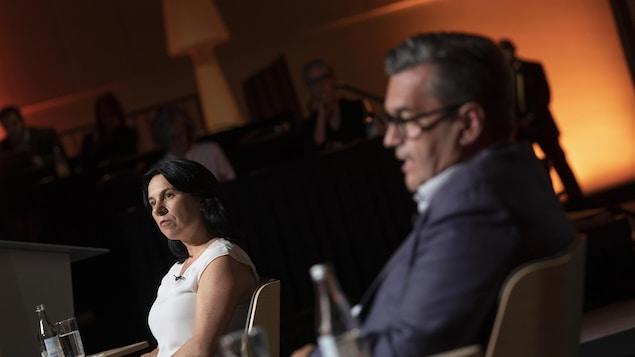 Valérie Plante et Denis Coderre assis lors d'un débat.
