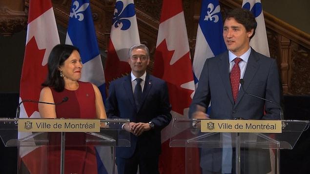 La mairesse Valérie Plante et le premier ministre Justin Trudeau. En retrait, le ministre fédéral de l'Infrastructure et des Collectivités, François-Philippe Champagne.