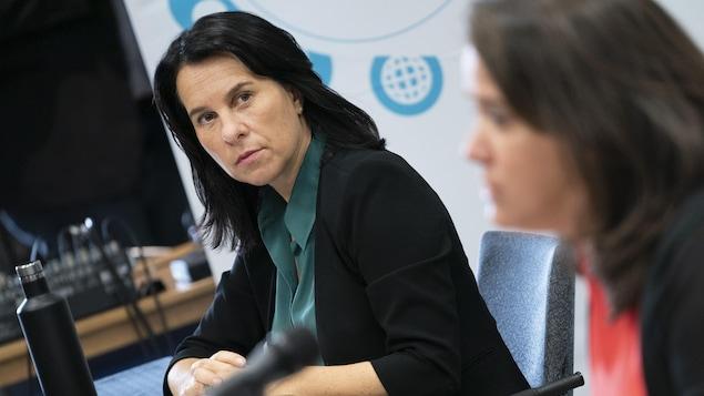 Valérie Plante et Mylène Drouin assises durant une conférence de presse.