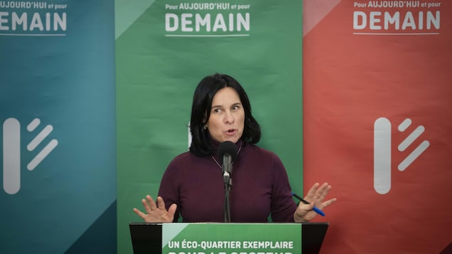 Valérie Plante s'adresse aux médias.