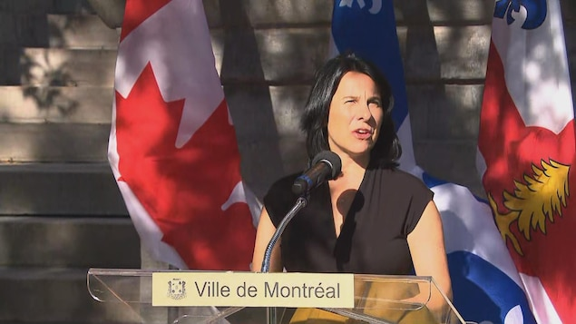 Valérie Plante parle derrière un lutrin, lors d'une journée ensoleillée.