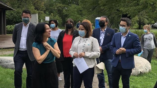 Valérie Plante et plusieurs candidats de Projet Montréal au Parc-nature de la Pointe-aux-Prairies.