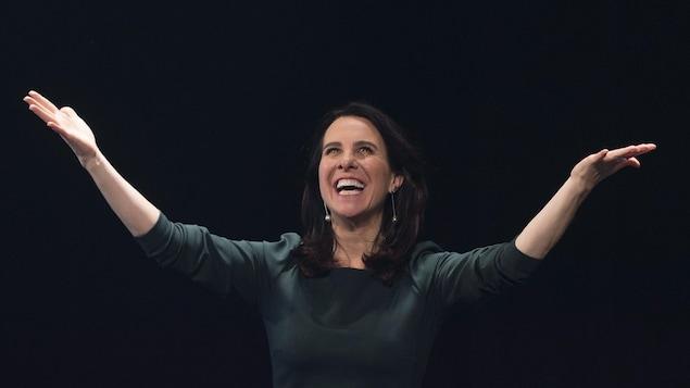 Valérie Plante salue la foule après sa victoire à la mairie de Montréal.