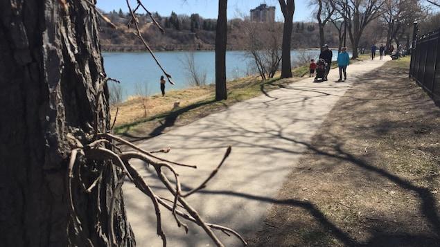 Des gens se promenent près de la rivière Saskatchewan Sud.