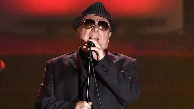 Le chanteur Van Morrison chantant au Annual Songwriters Hall of Fame Induction and Awards Gala, à New York, en juin 2015.
