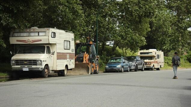 Des caravanes et des voitures stationnées en bordure de route