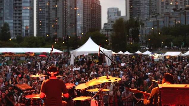 Un musicien devant une foule à Vancouver.