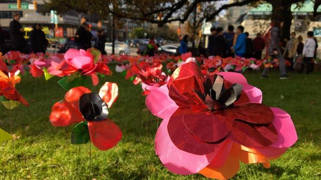 Gros plan d'une fleur en plastique dans le jardin de la mairie de Vancouver.