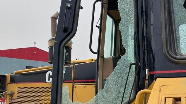 Un véhicule à la vitre fracassée.