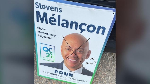 Une affiche de Stevens Mélaçon a été vandalisée.