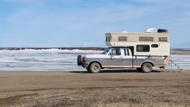 Un véhicule récréatif devant l'immensité de l'océan arctique.