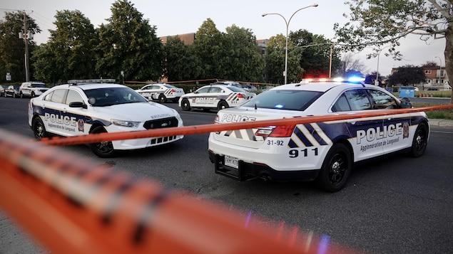 Des véhicules du Service de police de l'agglomération de Longueuil.