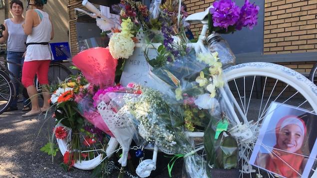 À peine installé, le vélo blanc à la mémoire de Meryem Anoun a été couvert de fleurs.