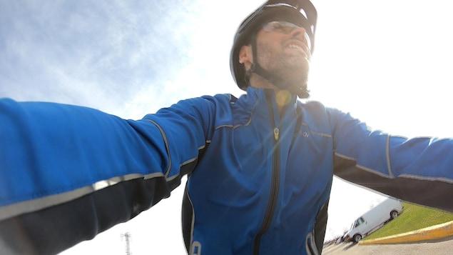 Un cycliste en mouvement
