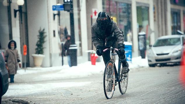 Un cycliste s'adonne au vélo d'hiver en milieu urbain