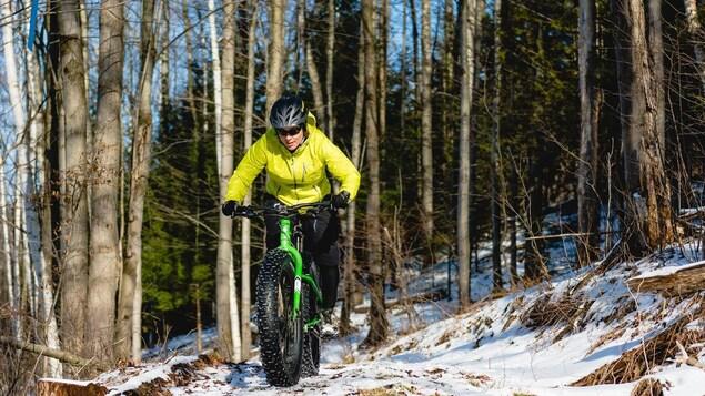 Une adepte de vélo d'hiver
