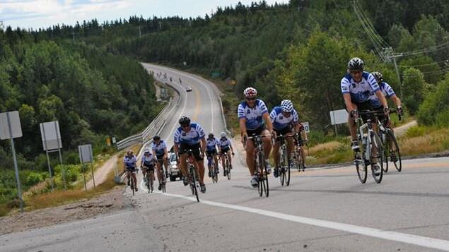 Un groupe de cyclistes à l'entrée de Forestville