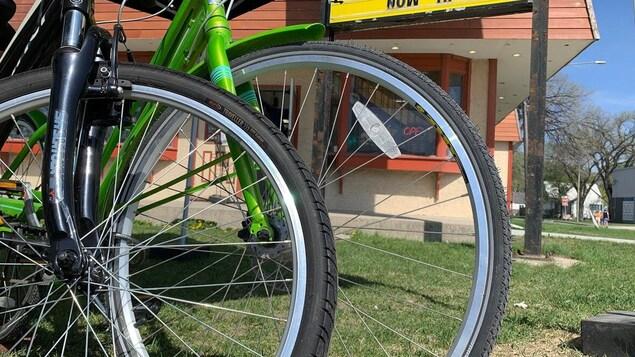 Des roues de bicyclette devant la boutique Sampson's Sporting Life.