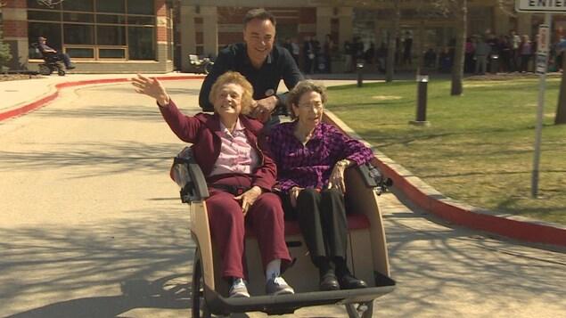 Le fondateur d'«À vélo sans âge», Ole Kassow, avec deux passagères bénévoles à Winnipeg