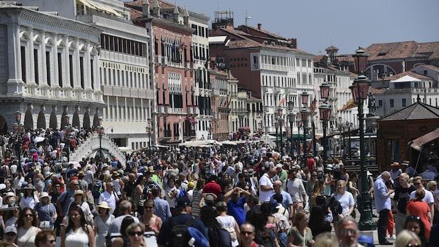 Des centaines de touristes se promènent sur la place Saint-Marc, l'été.