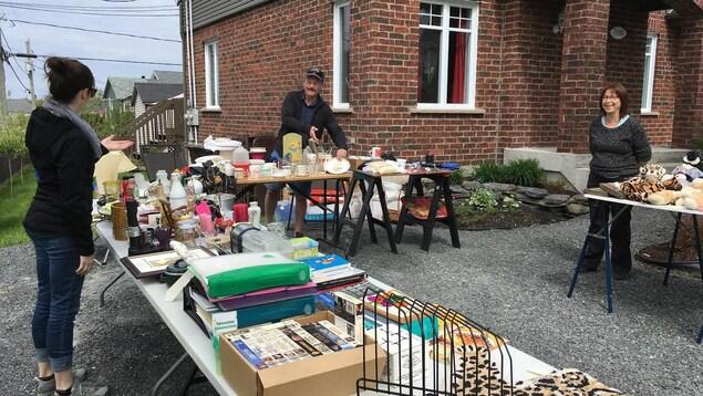 À Sherbrooke, depuis la fin de semaine du 20 mai se déroule la Grande Tournée des ventes-débarras.  Les citoyens peuvent tenir une vente de garage gratuitement durant le week-end sélectionné pour leur arrondissement.