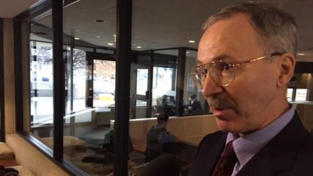 Vern Brewer, procureur de la Couronne générale dans l'affaire Lougheed-Sorbara en mêlée de presse