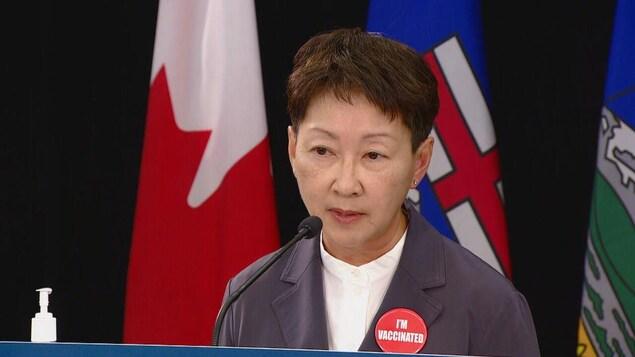 La médecin Verna Yiu s'adresse aux médias.