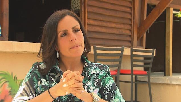 Véronique Alarie, propriétaire du camping Havana Resort, en entrevue à Radio-Canada. Derrière elle, on aperçoit une partie du restaurant situé près de la piscine.