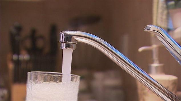Verre d'eau et robinet.